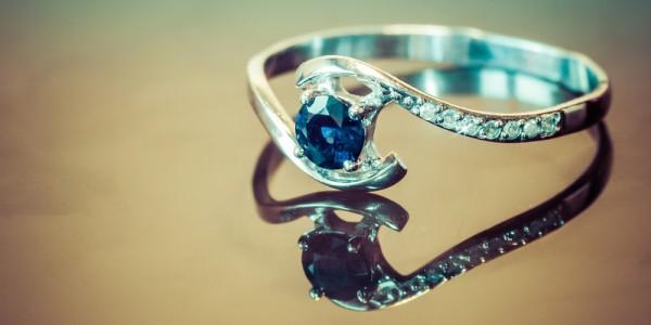 Verlobungsring-mit-einem-Saphir